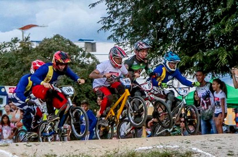 Atletas de Bicicross do Eusébio conquistam troféus em Quixadá
