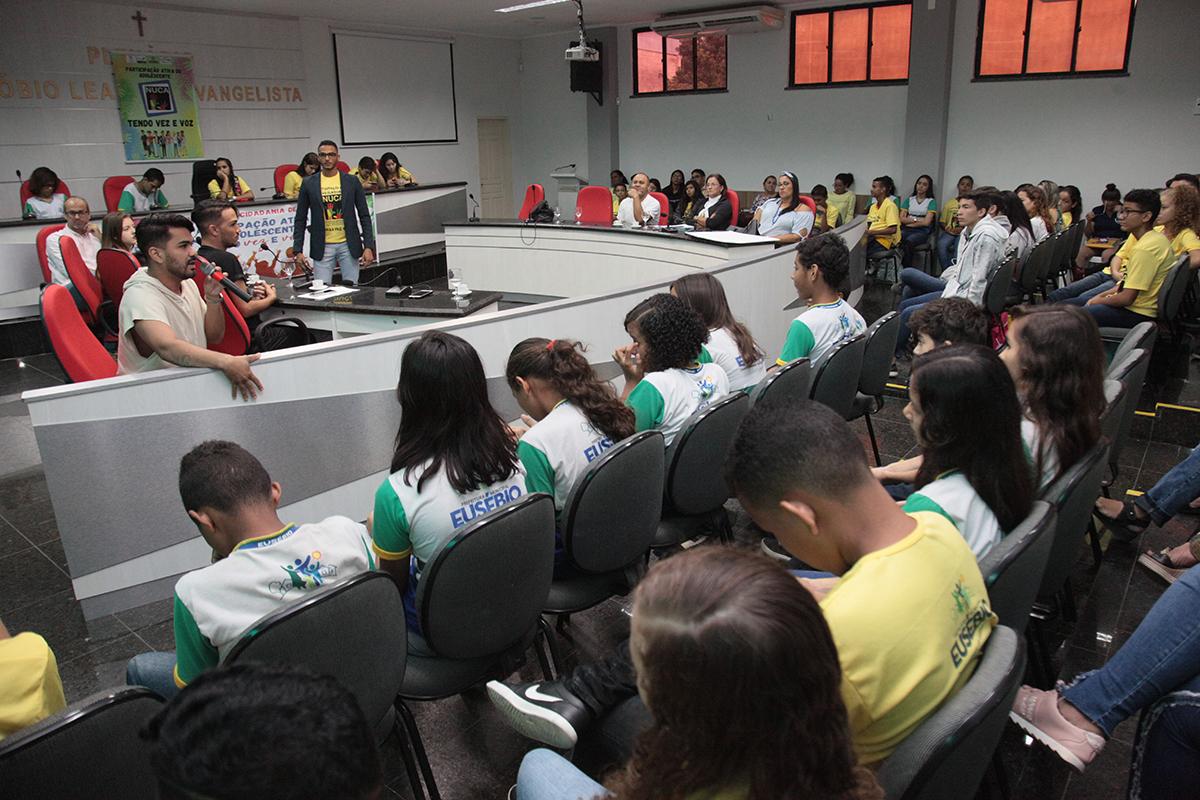 Eusébio e secretaria de educação realiza encontro sobre o uso da internet