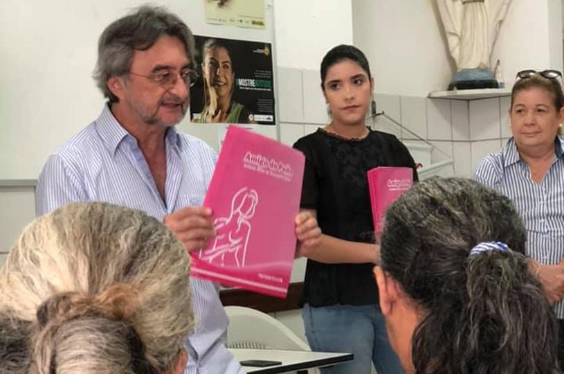 Prefeito faz a entrega dos resultados de exames de mamografia nas comunidades