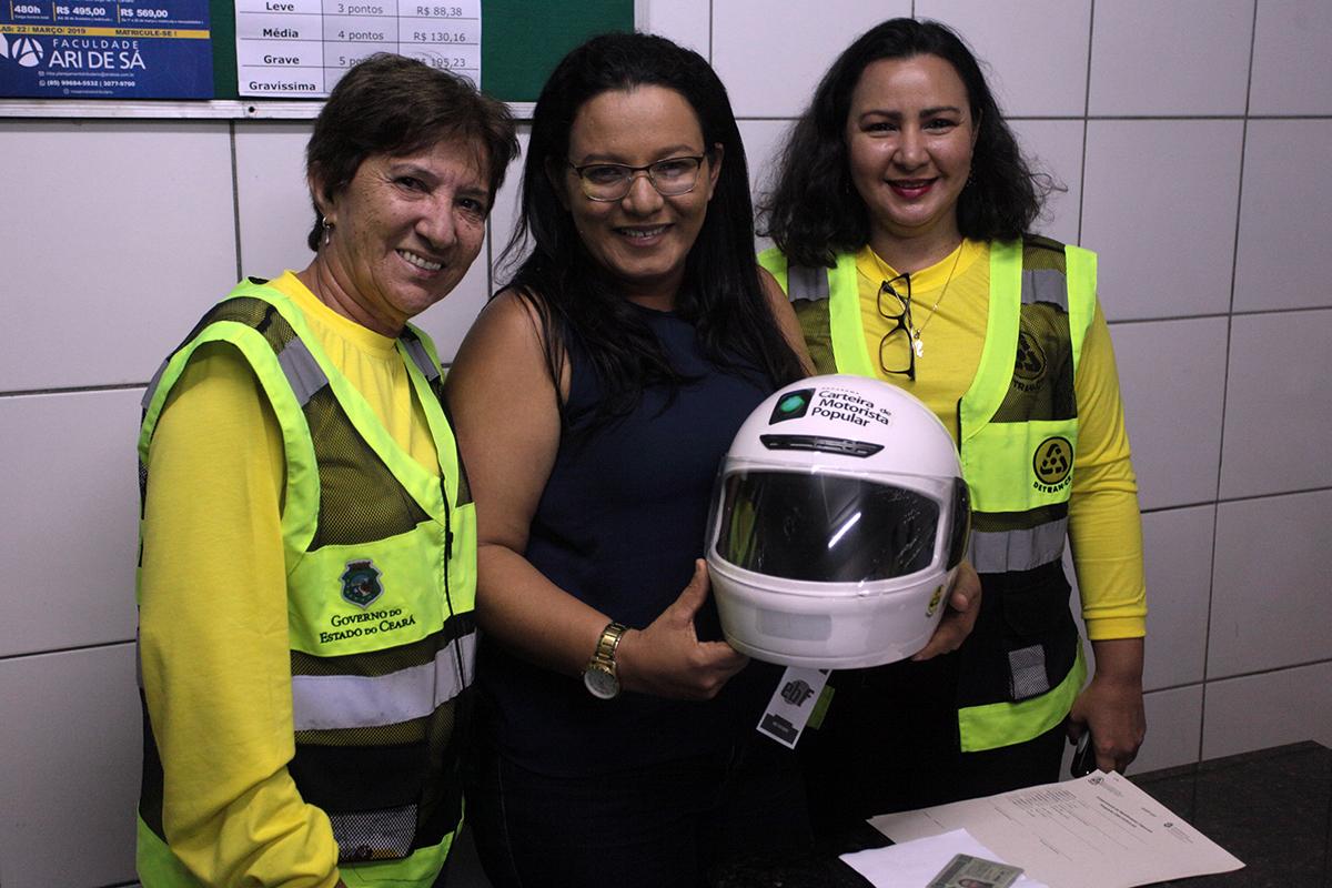 Detran faz a entrega de capacetes para motoristas habilitados na carteira popular no Eusébio