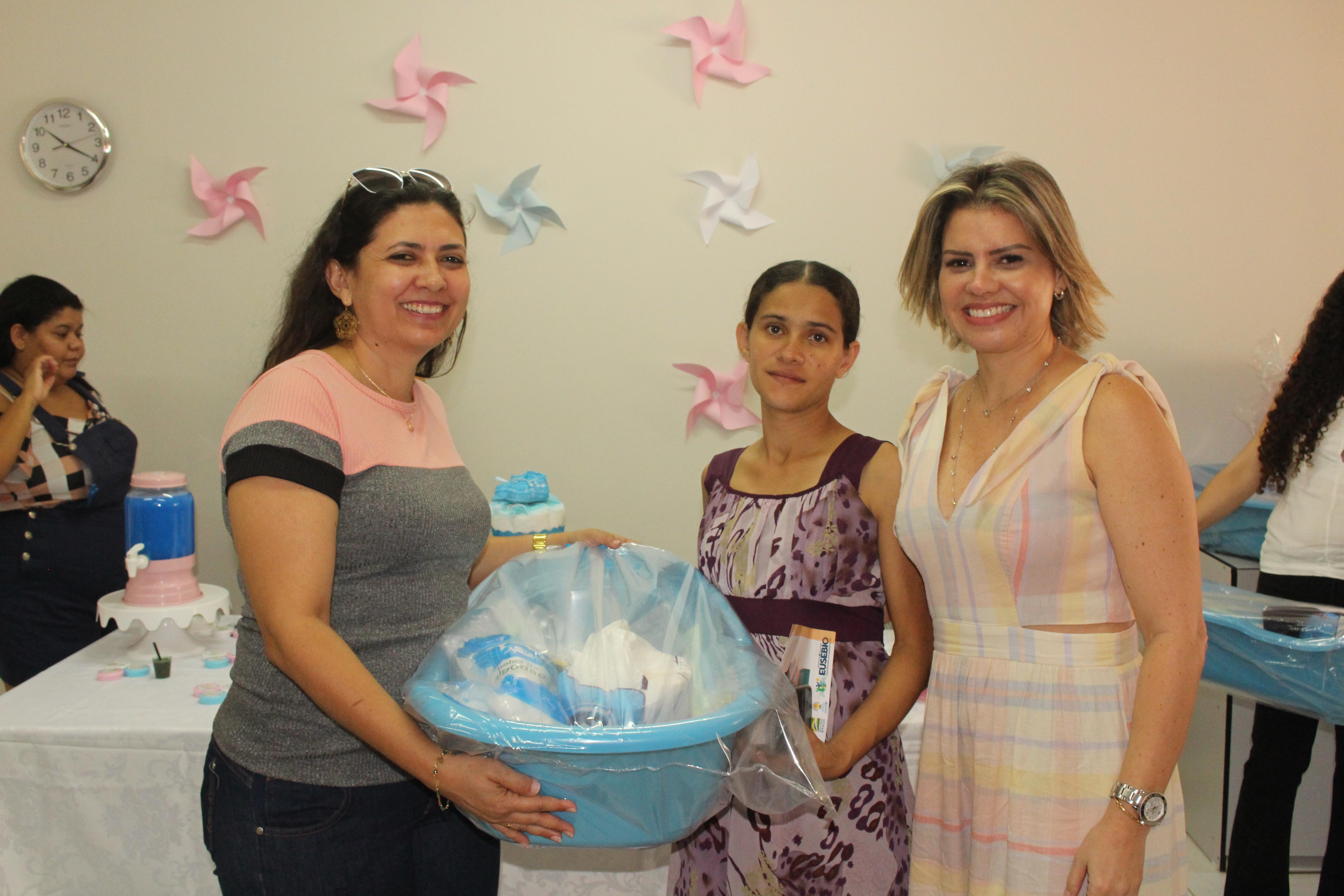 Prefeitura de Eusébio faz entrega do 'Kit Natalidade' para gestantes do Centro e Mangabeira