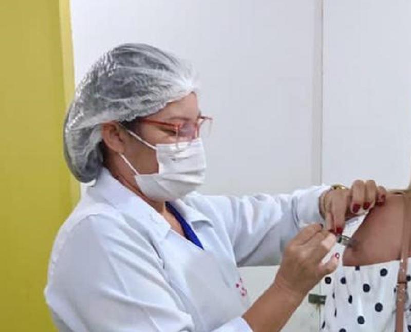 Prefeitura de Eusébio realiza vacinação da terceira dose para profissionais da saúde